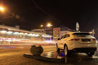 Noční Zlín s krásným Jaguarem F-PACE